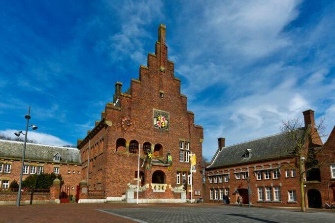 In het Huis van Waalwijk wordt er de expositie Textiel & Leer NU gehouden. Geert de Bruijn en 9 andere kunstenaars doen hieraan mee.